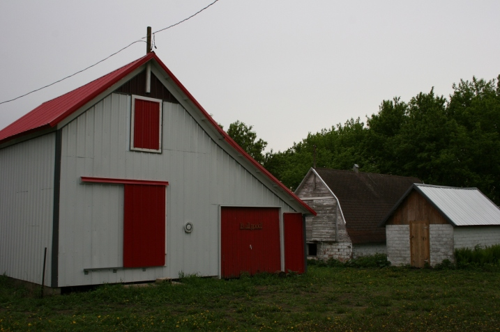 This farm is typical old style farmplace with lots of outbuildings, including the granery on the left, one of the oldest buildings on the farm.
