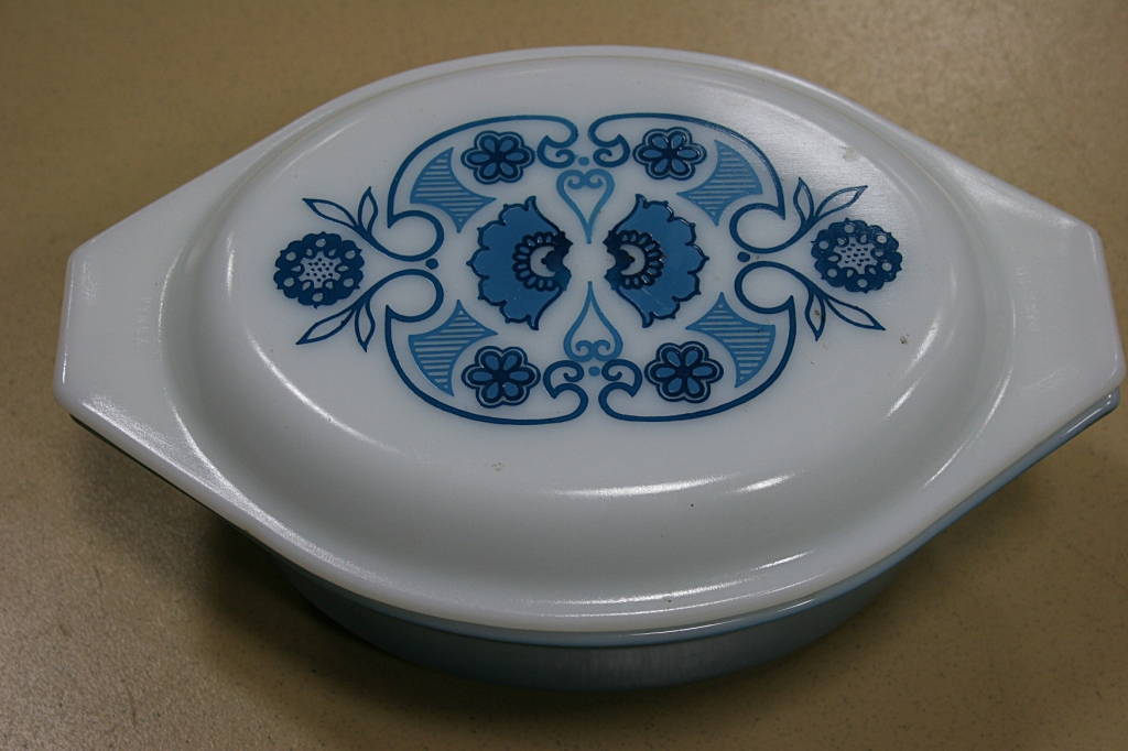 A beautiful Pyrex casserole for the collector.