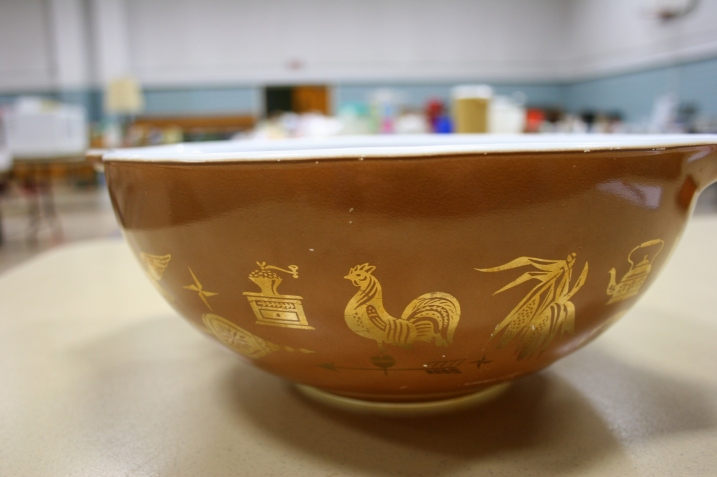 A large bowl for the Pyrex collector.