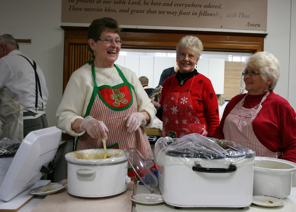 a photo essay blessings abound at community christmas dinner in faribault christmas dinner servers - Christmas Dinner Blessings