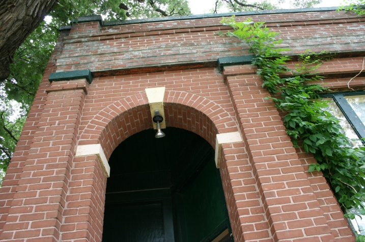 Garden City post office, arch above door