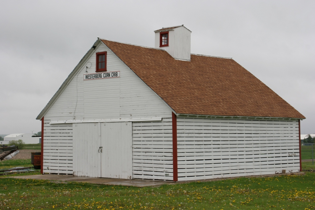 One of my favorite buildings, a corn crib.