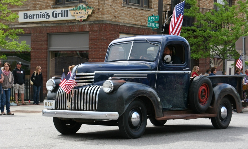 The parade includes vintage vehicles.