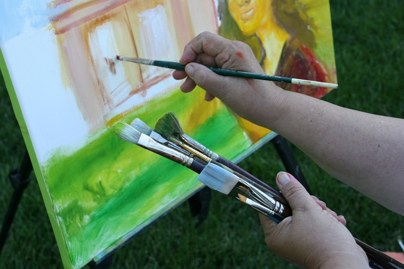 Pat Johnson paints en plein air.