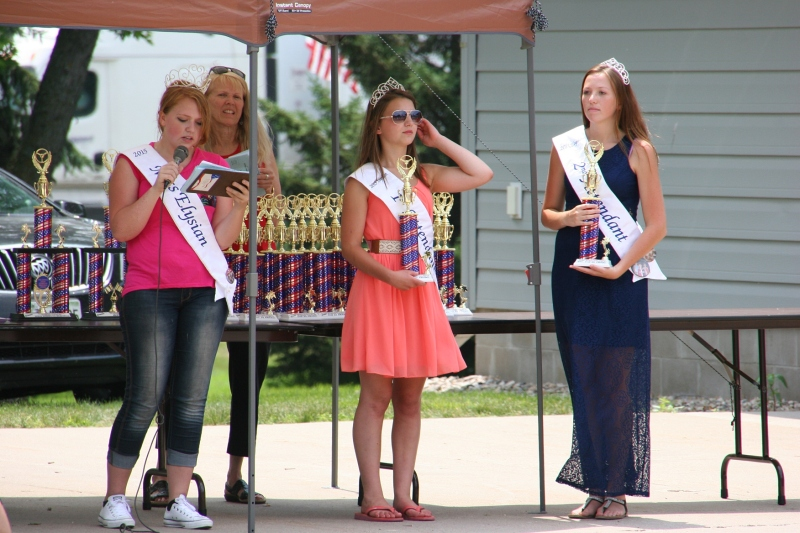As we were leaving, Miss Elysian royalty were handing out Car Show trophies.