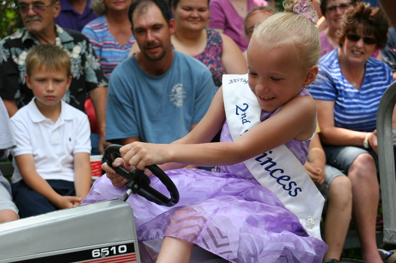 Pedal tractor pull, princess close-up in Elysian, 389