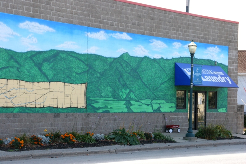 The rest of the hardware store mural promoting Bluff Country.