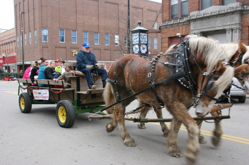 Santa's horse-drawn wagon, 94 horses in motion