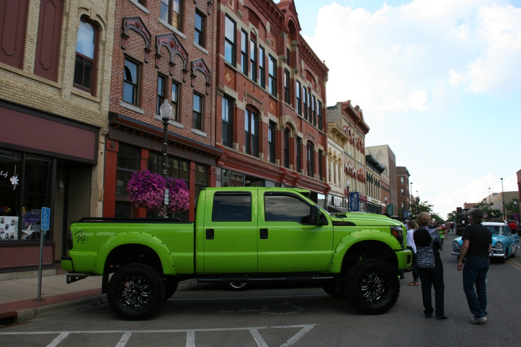Car Cruise Night, 1 lime green Ford 4x4