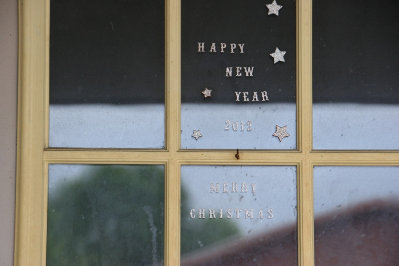 side-street-waterville-26-holiday-greetings-on-door