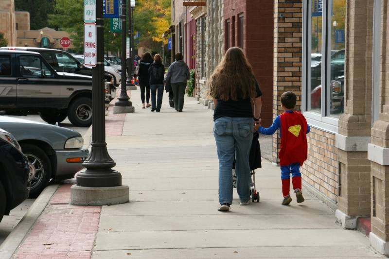 costume-parade-173-superman-with-mom