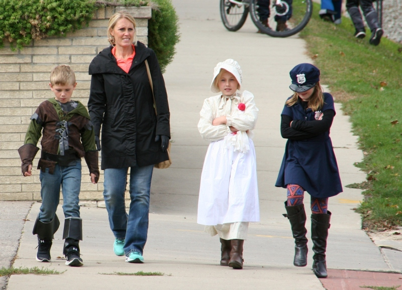 costume-parade-177-walking-to-parade