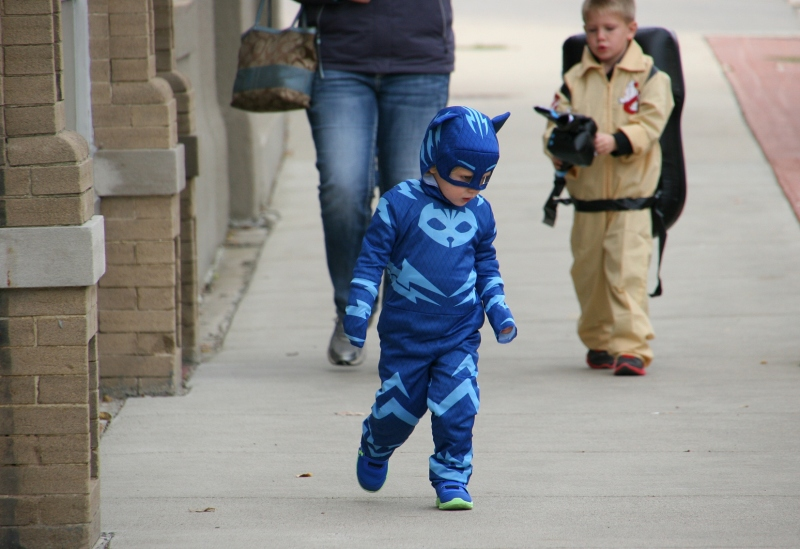costume-parade-179-blue-kid-front-of