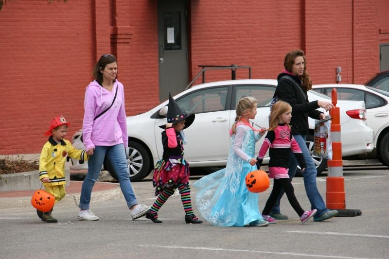 costume-parade-183-group-walking