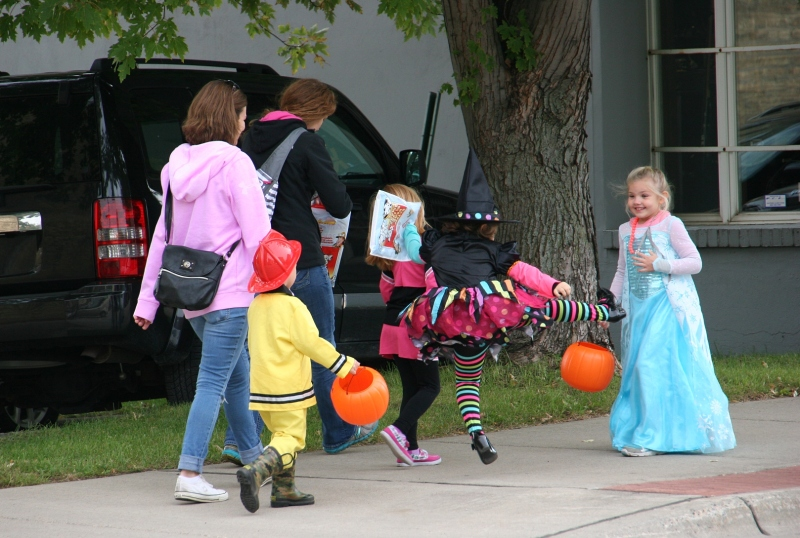 costume-parade-189-witch-kicking