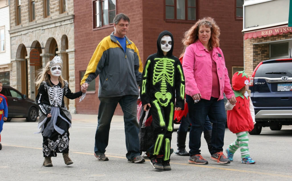 costume-parade-200-skeletons