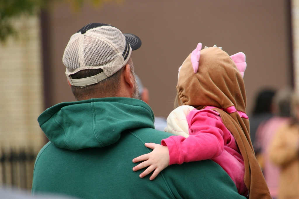 costume-parade-208-dad-holding-kid