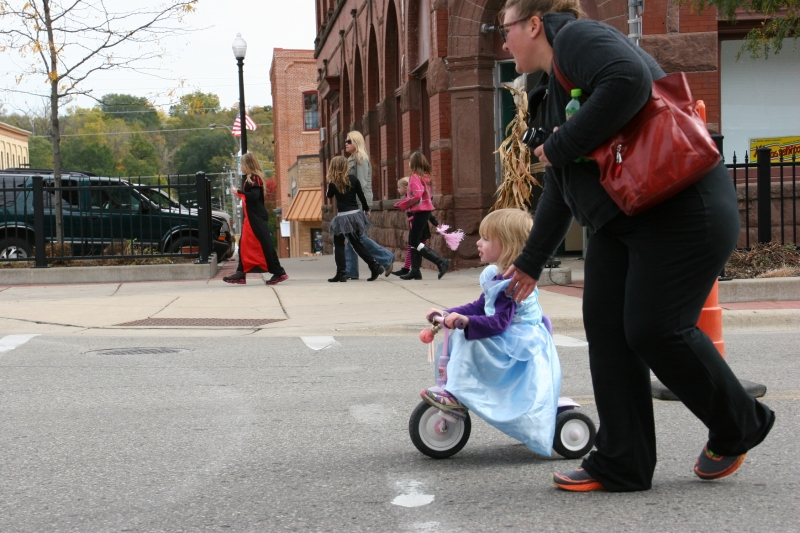 costume-parade-225-mom-and-princess-on-trike