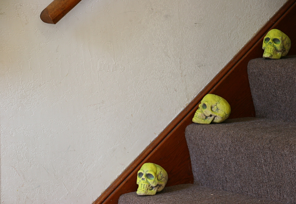 halloween-photos-40-skulls-on-stairway