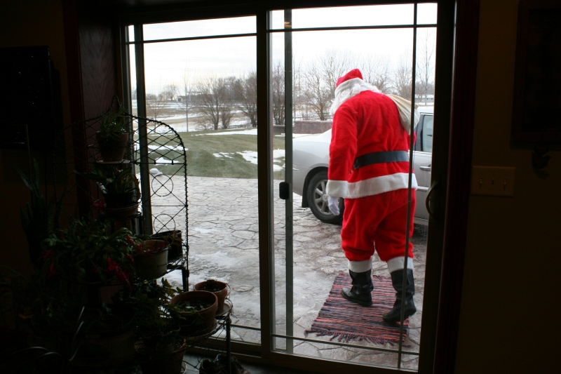 family-santa-leaving-143